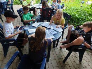Kinder lernen gemeinsam für die Segelscheinprüfung