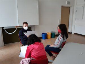 Kinder üben ihre Texte